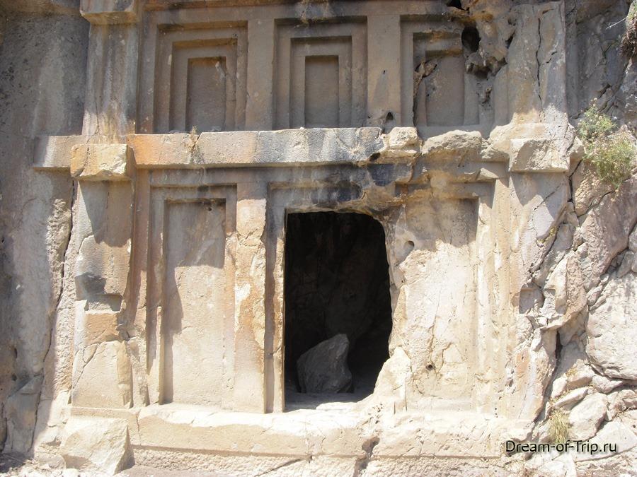 Демре. Пустая скальная гробница.