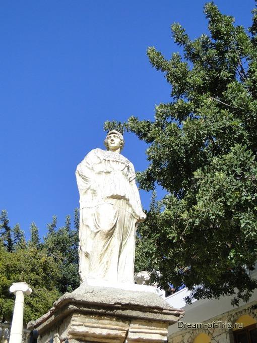 Крит. Отель Бали Маре. Статуя.