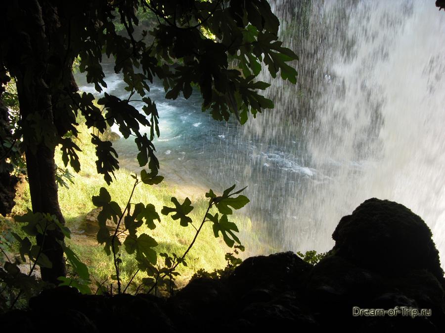 Водопад Верхний Дюден в Анталии. Под водопадом.