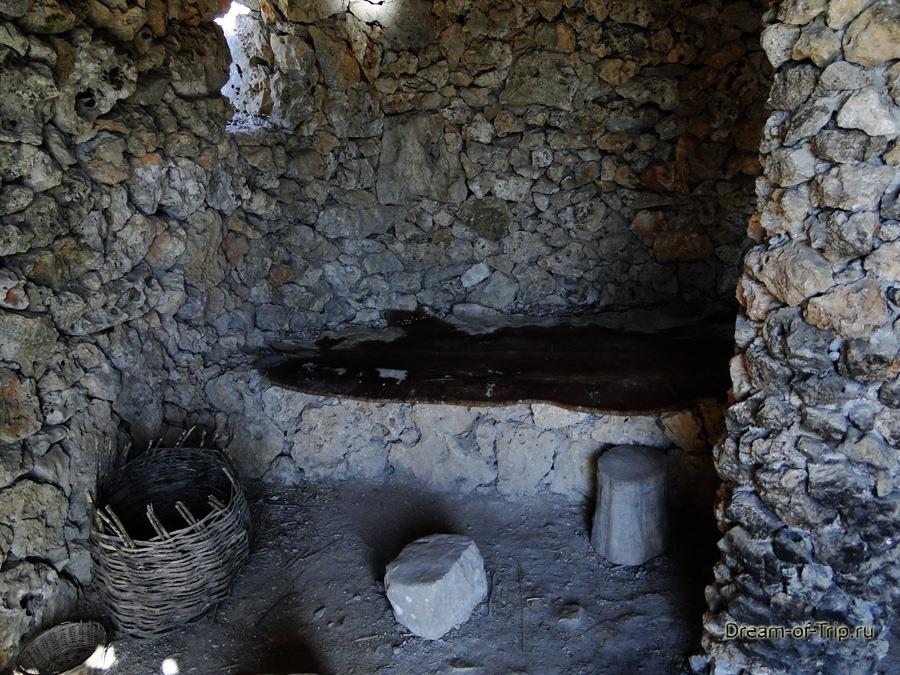 Музей HOMO SAPIENS на Крите. Внутри каменного дома.
