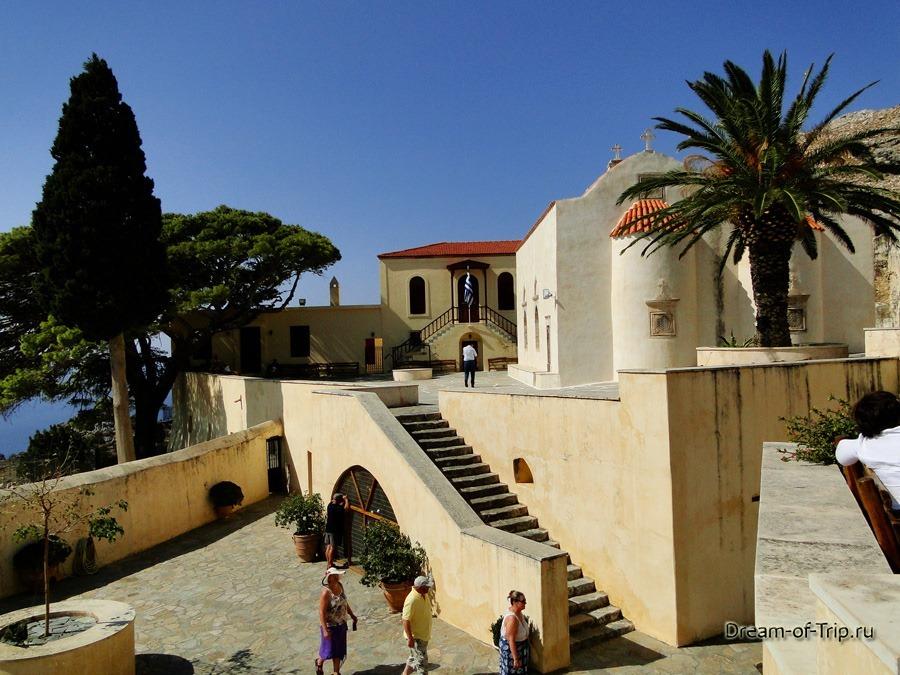 Верхний Монастырь Превели (Piso Moni Preveli). Территория.