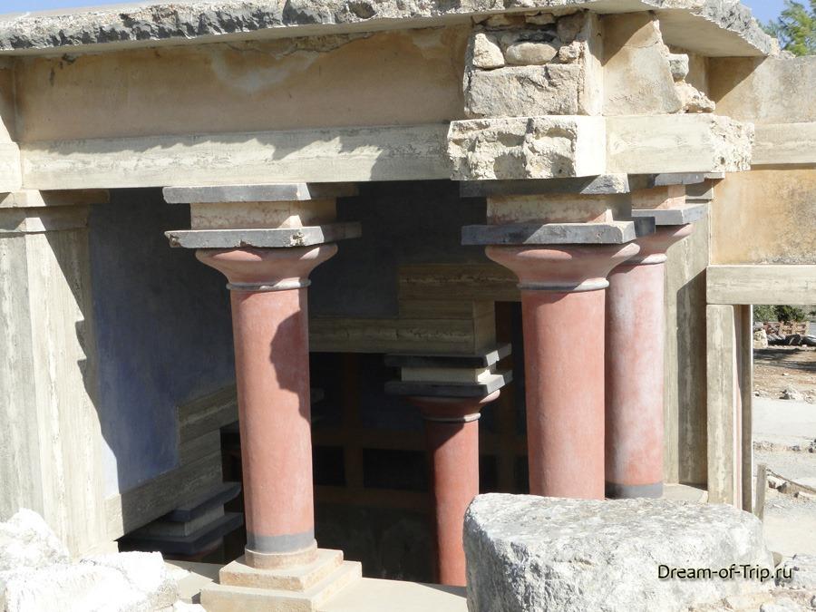Кносский Дворец на острове Крит. Колонны.