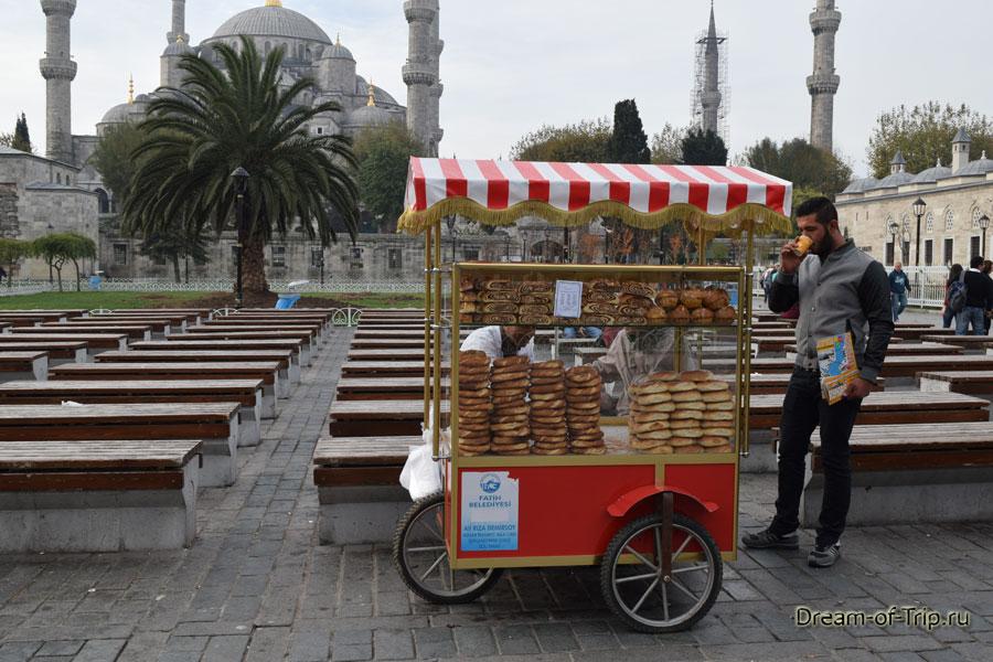 Уличный торговец на площади Султанахмет