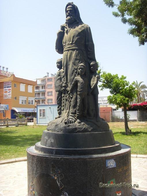 Мира. Памятник Святому Николаю Чудотворцу.
