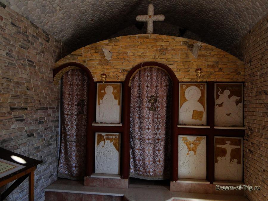Музей HOMO SAPIENS на Крите. Внутри церкви.
