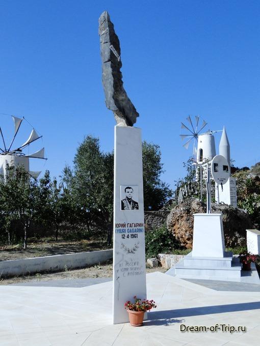 Памятник Юрию Гагарину на Крите.