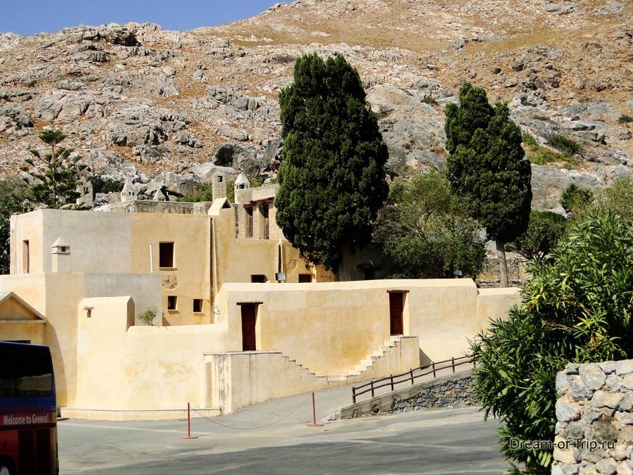 Верхний Монастырь Превели. Перед входом.