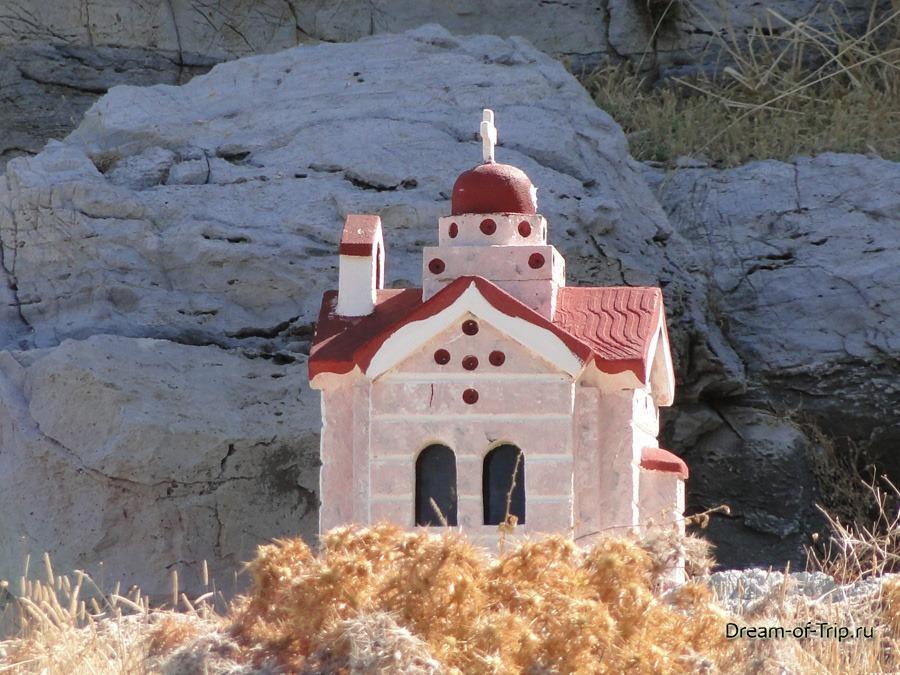 Крит. Памятник на дороге.
