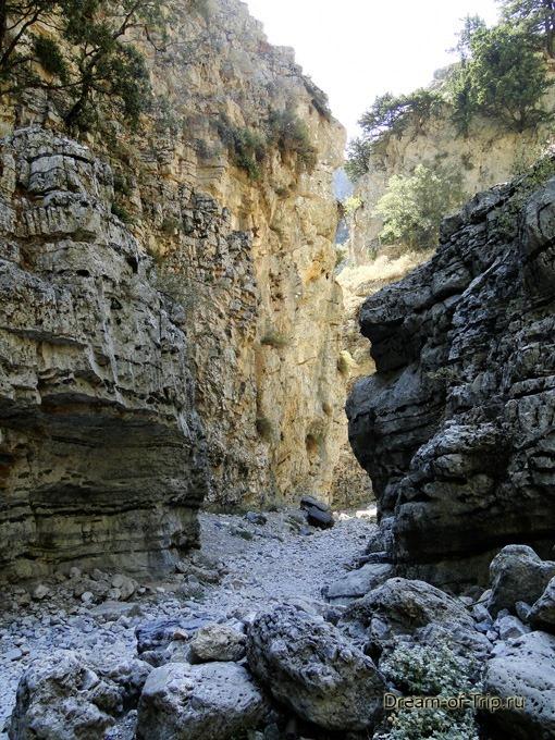 Ущелье Имброс на острове Крит. Нависающие скалы.