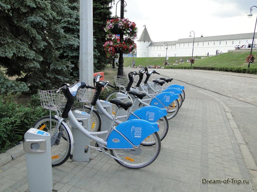 Казань. Велопрокат Veli'K около Кремля.