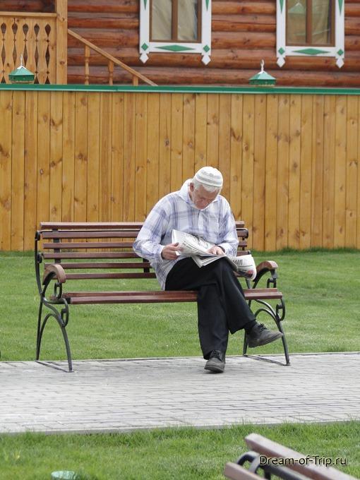 Старо-Татарская слобода. Человек на скамейке.