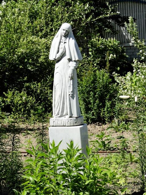 Территория Раифского Монастыря. Статуя.