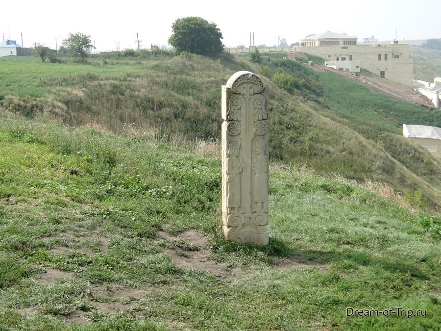 Древний Булгар. Памятник на обрыве.