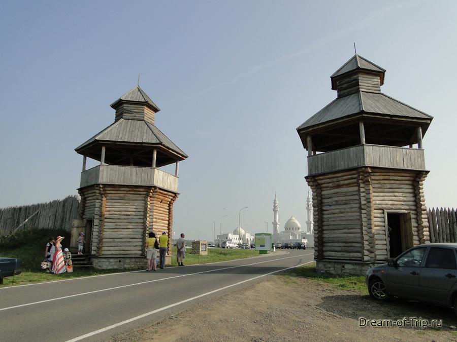 Выезд с территории Булгара. Белая мечеть.