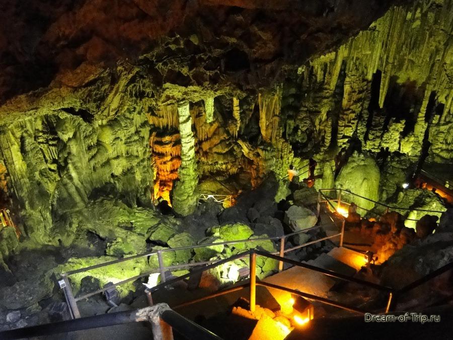 Пещера Зевса. Сталактиты и сталагмиты.
