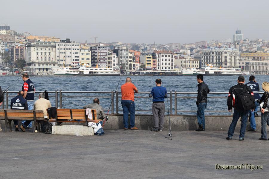 Рыбаки на набережной в Стамбуле.