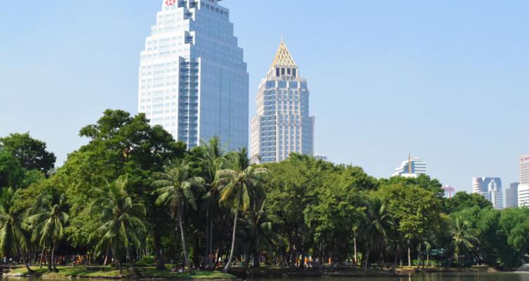 Парк Люмпини в Банкоке. Вид на небоскребы.