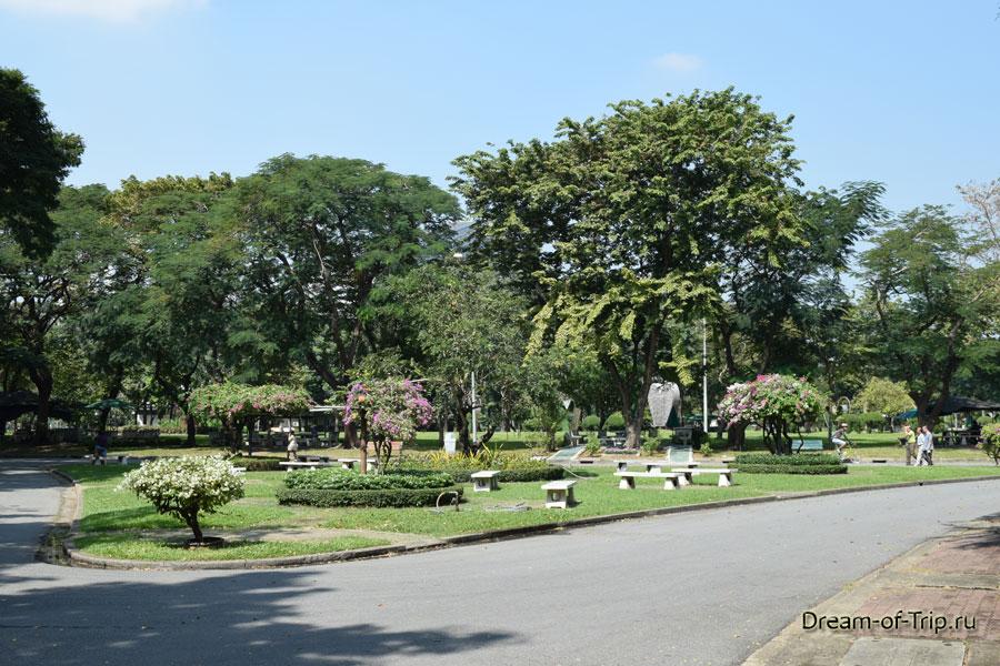 Скамейки в Люмпини парке