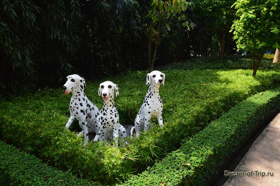 Скульптуры собак в Саду Мадам Нонг Нуч