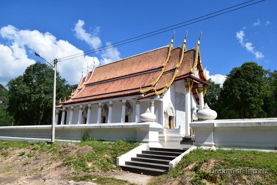 Здесь же буддистский храм. Его тоже посетить можно если сможете от обезьянок оторваться.