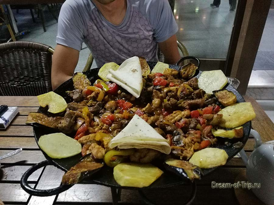 Еда в Азербайджане. Садж в кафе в Баку.