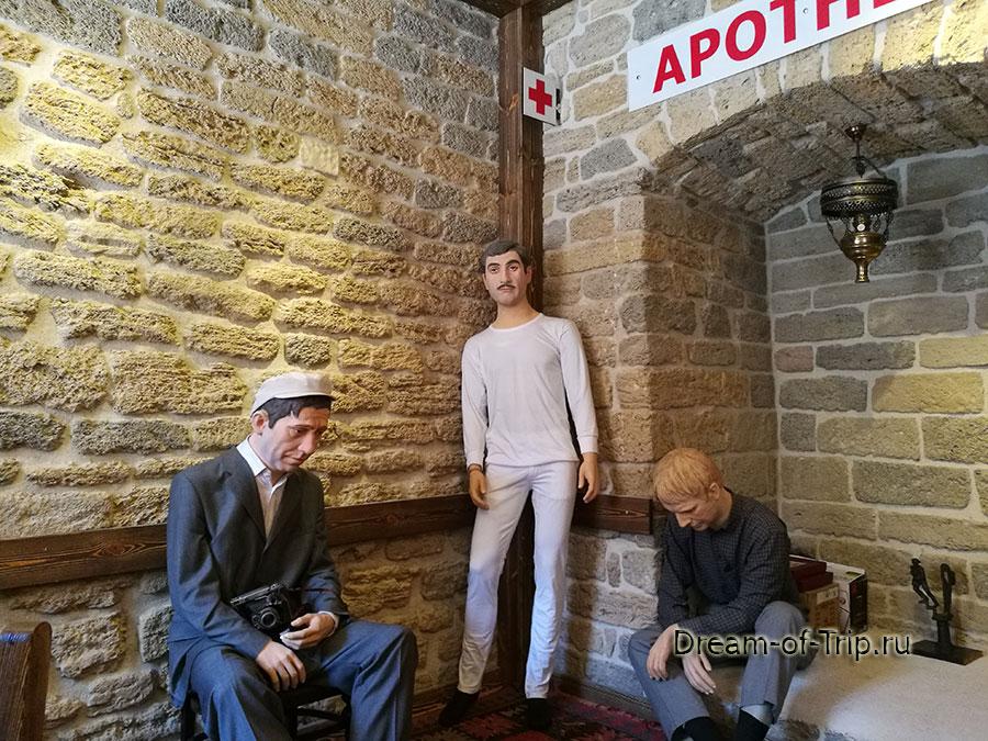 Манекены героев фильма Бриллиантовая рука в кафе Черт побери в Баку